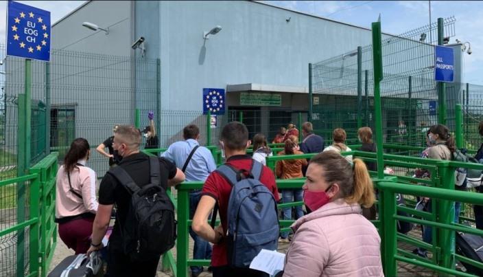 """""""Дуже важко, людей викинули"""": ЗМІ показали """"пекло"""", яке витримують заробітчани, аби виїхати за кордон (фото)"""
