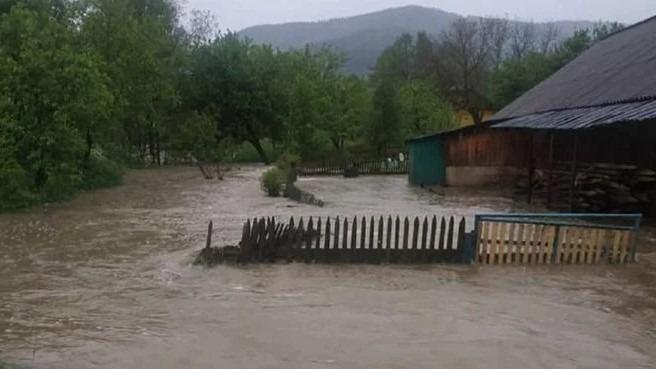 Села на Буковині та Прикарпатті через негоду опинилися під водою: є жертва – фото, відео