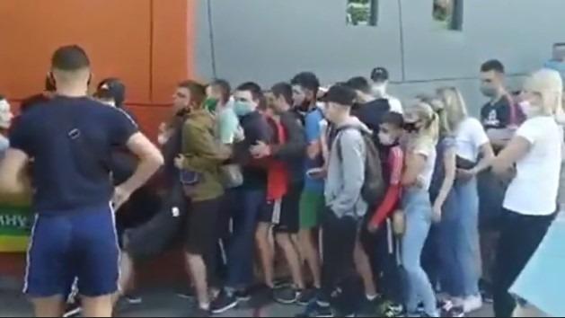 На Львівщині люди забили на карантин і штурмували секонд-хенд. Відео