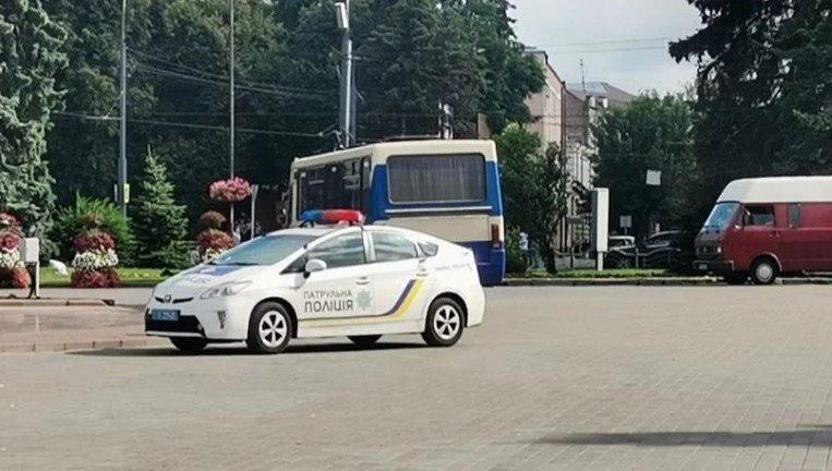 Чути стрілянину: у Луцьку невідомий зі зброєю і вибухівкою захопив автобус (відео)