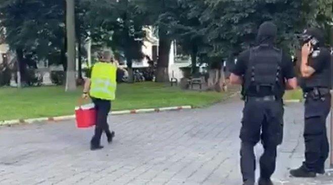 Перші результати переговорів: терорист дозволив передати заручникам воду – відео