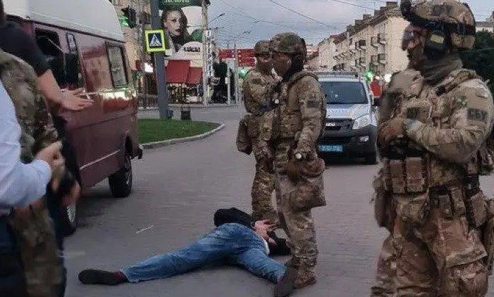 Захоплення людей у Луцьку: терориста затримали, з автобуса виходять заручники