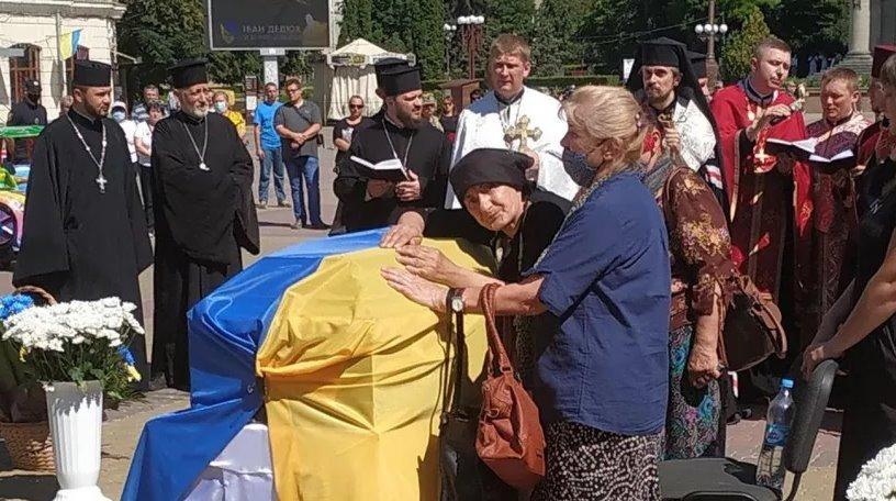 Тернопільці зі сльозами попрощалися із загиблим воїном «Айдару». Фото та відео