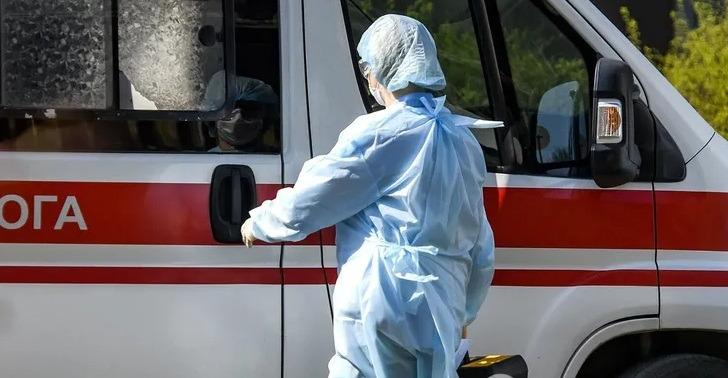На Тернопільщині колапс із COVID-19: «швидкі» годинами чекають госпіталізації пацієнтів