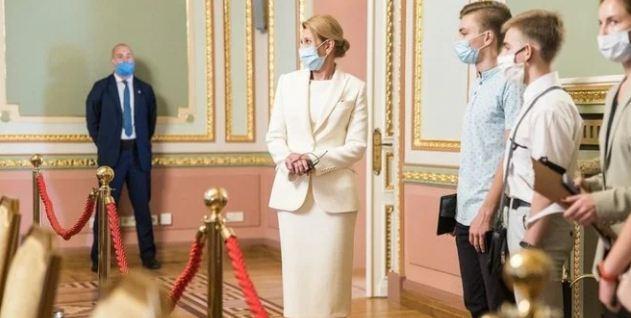 У білому костюмі: Олена Зеленська продемонструвала бездоганний образ під час екскурсії (фото)