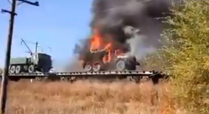 """""""Не доїхав на Донбас"""": ешелон з російською військовою технікою загорівся прямо на ходу, можливий вибух (відео)"""