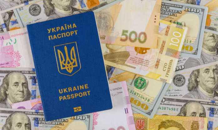Українських заробітчан змусять платити податки: кому, скільки і як доведеться віддати