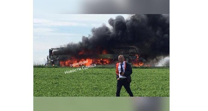 Усе в чорному диму: в Одеській області на трасі горить двоповерховий пасажирський автобус (фото, відео)